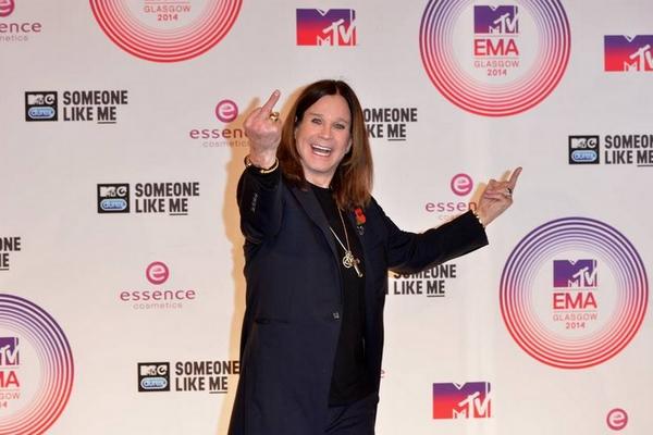 Ozzy Osbourne grüßt MTV (Credit: MTV Europe)